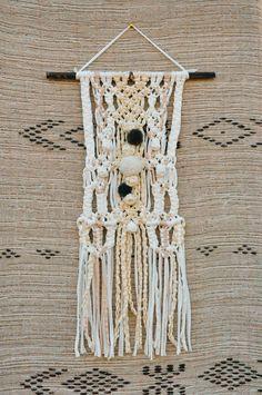 tentures murales en macramé et tissage réalisé en  trapilho blanc écru avec fil doré et vieux rose, pompons en laine.