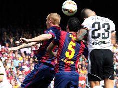 El centrocampista del FC Barcelona Sergio Busquets lucha un balón con el defensa argentino del Valencia Nicolás Otamendi.