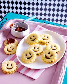 Schön knusprig und lecker gefüllt: Mürbeteig-Smileys