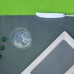 combinación de #mantel #novotex #verde #pistacho con #camino de #mesa en #color #gris y #servilleta de #papel #gris