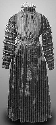 Dress of Queen Anna Jagelon - 1547, In: Hroby a hrobky našich knížat, králů a prezidentů, Lutovský, Bravermanová, 2007