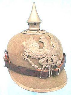 Pickelhaube. El casco fue fabricado como un modelo de 1915 con todos los accesorios de acero Feldgrau.