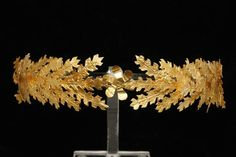 Golden Crown, II sec. A.C., Taranto, National Archaeological Museum. Kind concession MiBACT: National Archaeological Museum– Archaeological Superintendence Board of Apulia. – Archive (photo P. Buscicchio).