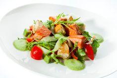 Für uns kreiert! Der Spitzenkoch Hans Peter Fink überrascht uns mit einem besonderen Rezept. Zarter Lachs und Ciabatta werden gegrillt und gemeinsam mit Kirschtomaten und Rucola angerichtet. Den Extrakick gibt eine aromatische Gazpachosauce. Gazpacho, Ciabatta, Yummy Food, Delicious Recipes, Cobb Salad, Hans Peter, Vegetables, Meat, Light Appetizers
