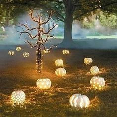 elegant halloween An Elegant Halloween. Surely, I am not the only one who wants this beautiful Halloween decor.An Elegant Halloween. Surely, I am not the only one who wants this beautiful Halloween decor. Soirée Halloween, Fröhliches Halloween, Holidays Halloween, Halloween Pumpkins, Halloween Weddings, Pretty Halloween, Outdoor Halloween, Fall Pumpkins, Wedding Pumpkins