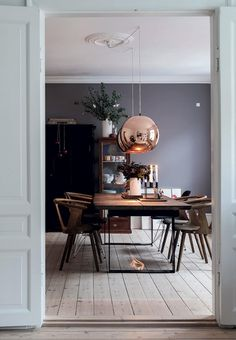 Hjemmet med de fem juletræer We love this stylish dining room. The dining table is from Lundeborg Wood and the dining chairs are from & Tradition and Paustian. The big copper pendants are from Tom Dixon, Copper Dining Room, Dining Room Lighting, Dining Room Chairs, Dining Table, Dining Rooms, Industrial Dining, Dark Grey Dining Room, Copper Chairs, Design Salon