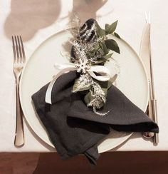 Table de Noël | Creativy Napkins, Table Decorations, Tableware, Home Decor, Grey Plates, Christmas Tabletop, Noel, Dinnerware, Decoration Home