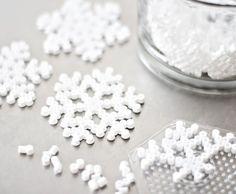 jul-pyssel-julpyssel-vitt-snö-snöflinga-pyssliga-inspiration-pärlplatta-pärlor-julgran-julgranspynt-pynt-underlägg-kopp-mugg