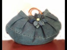 Denim Purse Made From Old Jeans Isn t this the cutest denim purse I ve never seen a denim purse that I would be interested in carrying until I nbsp hellip Unique Purses, Cute Purses, Purses And Bags, Jean Purses, Diy Denim Purse, Denim Bag, Denim Jeans, Diy Bags Tutorial, Beige Purses