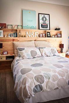 Rangement intégré—Fonctionnelle et pratique, cette tête de lit permet de poser livres, réveille-matin, cosmétiques et objets déco. On a besoin de planches de bois, d'une perceuse, de chevilles, de vis et d'imagination! Voir l'épingle Pinterest