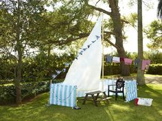 Use the DYNING wedge-shaped canopy to create your own nautical backyard attraction.