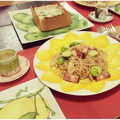 don_gurin春のお皿 をイメージして並べたらなんだかメルヘン #クリームシチューパン #芽キャベツとベーコンのペペロンチーノ #野菜たっぷりコンソメスープ パンがちょっと焦げちゃったけど 許容範囲かなぁーと思ってそのまま出しちゃったーー そしてキャロットラペ作ったのに出し忘れて⤵ あとから出しましたぁー  #夜ごはん#夕食#おうちごはん#パスタ#ペペロンチーノ#シチュー#食パン#芽キャベツ#ベーコン#にんにく#スープ#デミカップ#dinner#pasta#peperoncino#stew#bacon#garlic#soup#taitu#balmudathetoaster