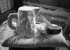El diseñador británico Max Lamb se caracteriza por utilizar procesos poco usuales con materiales comunes para crear objetos extraordinarios. Colaborando con la compañía de cerámica 1882 Ltd, Lamb creó una vajilla utilizando herramientas de mampostería para escarbar pedazos de yeso y labrar a mano sus diseños.