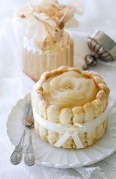 a small pear charlotte for two - Dont get your hopes up* mine will never look like this& I ever even make them. But Yum!Source From a small pear charlotte for two. Mini Desserts, Just Desserts, Delicious Desserts, Wedding Desserts, Sweet Recipes, Cake Recipes, Dessert Recipes, Pear Dessert, Cupcakes