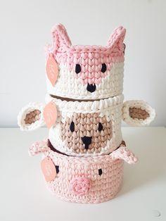Crochet Diy, Crochet Dolls, Crochet Hats, Crochet Basket Pattern, Crochet Patterns, Plant Covers, T Shirt Yarn, Crochet Projects, Free Pattern