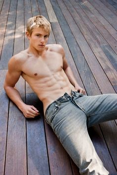 I don't care that he played d-bag Cato in The Hunger Games, Alexander Ludwig is HOT!