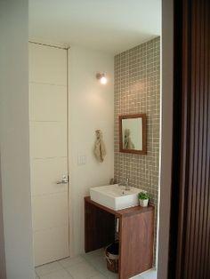 玄関ホールの一角には、こんな感じでセカンド洗面台があります。 洗面台のお隣、白い建具はトイレです。 この洗面台、そもそも作るかどうか、かな... Bathroom Toilets, Laundry In Bathroom, Washroom, Wash Basin Cabinet, Small Toilet Room, Modern Sink, Toilet Design, Small Places, Room Interior