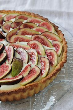 beautiful fig tart - another use for the millions of figs my dad grows in the fall Just Desserts, Delicious Desserts, Yummy Food, Fig Recipes, Dessert Recipes, Fig Tart, Sweet Tarts, How Sweet Eats, Yummy Treats