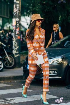 Day 5 Milan Fashion Week Street Style Spring 2019 | POPSUGAR Fashion<br> Of all the Fashion Week destinations, we most look forward to the whimsy and romance that dominates the dress code in Milan. If the fashion set is feeling any Street Style Trends, Printemps Street Style, Milan Fashion Week Street Style, Spring Street Style, Street Style Women, Street Styles, Style Summer, Fashion Milan, Look Fashion