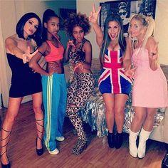Fantasia de Spice Girl: Emma, Geri, Mel B, Mel C e Victoria.