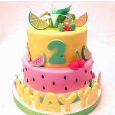 Bolo lindo com o tema frutas que vi no @dentrodafesta ! #Loucaporfestas #Party #Decor #bolo #Cake #bololpf #cakelpf #bolofrutas #fruitcake