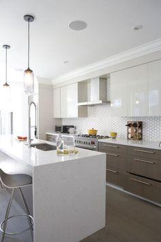 ¿Queréis inspiración para la decoración de cocinas blancas modernas? Hoy vamos a ver un total de 11 fotos de cocinas blancas modernas, perfectas para decorar tu casa.#1 Un ejemplo de una cocina blanca moderna, podemos ver como todos los muebles son sencillos, de líneas rectas y sin muchos...