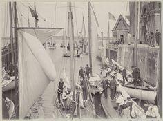 Anonymous | Zeilschepen tijdens het schutten in een sluis, Anonymous, c. 1900 - c. 1910 | Onderdeel van Familiealbum met onder meer foto's van Wijnhandel Kraaij & Co. Bordeaux-Amsterdam.