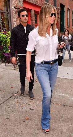 Jennifer Aniston and Justin Theroux Head Out for Some Retail Therapy in New York from InStyle Justin Theroux, Casual Outfits, Cute Outfits, Fashion Outfits, Estilo Jennifer Aniston, Jennifer Aniston 2017, 1990 Style, Jeniffer Aniston, Mode Statements