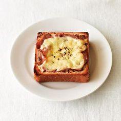 オーブントースターで焼くだけで、おなかを満たす、愛すべき食べ物。チーズトーストのおいしい組み合わせを、枝元なほみさんに教わりました。今回は、「シンプルなチーズトースト」のレシピを紹介します。(『天然生活』2014年9月号掲載) French Toast, Muffin, Breakfast, Food, Meal, Eten, Meals, Muffins, Morning Breakfast