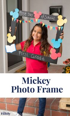 Capture the smiles as they head back-to-school with a chalkboard picture frame featuring Mickey Mouse. It's perfect for the first day of school photo! First Day Of School Pictures, 1st Day Of School, School Photos, First Day At School Frame, Mickey Mouse Classroom, Disney Classroom, Classroom Themes, School Board Decoration, School Decorations