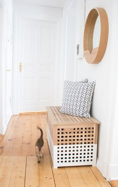 Schöner Wohnen mit Katzen - DIY Katzentoilette, versteckt als Sitzbank im Flur aus dem HOL Tisch von IKEA. DIY, Katzenzubehör, Katzenausstattung, Living with cats, cats and interior...