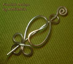 This celtic / jin & jang shaped pin can be used as a brooch on a woollen cardigans, scarfs or as a hair pin to hold and decorate your hair. It's handmade and formed with light-to-wear (REALLY!) 12 gauge silver anodized aluminum wire which is allergenic free and will not color your clothes or skin.    You can bend the outer edges of the main piece to create a looser or tighter fit with the pin. After thightening you can be sure that the brooch will surely not fall off, it holds that well…