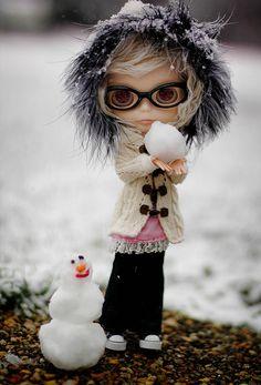 Blythe Doll and mini snowman Ooak Dolls, Blythe Dolls, Creepy Dolls, Little Doll, Custom Dolls, Ball Jointed Dolls, Doll Face, Big Eyes, Beautiful Dolls