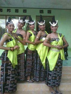 Nusa tua meni traditional group dance...coach,costum,hair n makeup by jessenpah