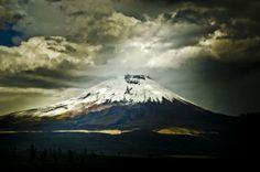 35 imágenes que participan en el Concurso Fotográfico 2013 de National Geographic fueron capturadas en Ecuador. Esta imagen del volcán Cotopaxi es una de ellas.  Más detalles en: http://www.eluniverso.com/vida-estilo/2013/12/02/nota/1866606/imagenes-capturadas-ecuador-participan-concurso-national Fotogalería: http://www.eluniverso.com/2013/12/02/fotogaleria/1866571/natgeo-busca-mejores-fotografias-2013