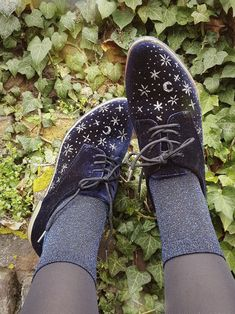 DIY Starry Sky shoes ✴ Done using a cheap blue velvet oxford style shoe I bought for te purpose. The stars were painted on using book binder glue mixed with a lot of silver and gunmetal coloured. Sock Shoes, Cute Shoes, Me Too Shoes, Shoe Boots, Pretty Outfits, Cool Outfits, Quoi Porter, Winter Mode, Mode Inspiration