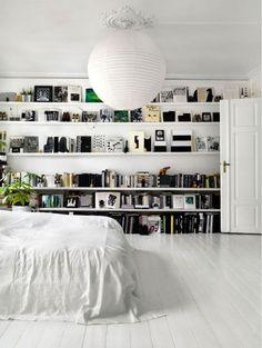 Horizontale boekenplanken over de gehele breedte geven instant sfeer | ELLE