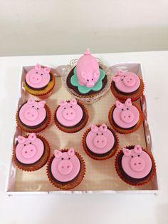 Porquinhos de pasta americana decorando cupcakes de cenoura com ganache de chocolate