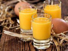 Eierlikör selber machen! Mit diesem Rezept für selbst gemachten Eierlikör ist der cremige Likör in Minuten gemixt und zum Genießen
