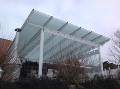 WAGNER Terrassendach aus verzinktem Stahl und zusätzlicher Pulverbeschichtung in RAL 9016. Verglasung mit Sonnenschutzglas auf dem Dach 3-seitigem Glas Schiebe-Dreh System von SUNFLEX. www.wagner-licht-schatten.de