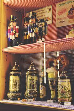 Tradycyjne bawarskie pamiątki oraz specjały do kupienia w zamku: dziadki do orzechów, zdobione kufle, precle i piwo :) Nowy post na blogu: http://www.born2travel.pl/zamek-neuschwanstein-niemcy/ #niemcy #pamiątki #bawaria #born2travel #MiniEurotrip2014