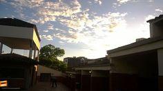 Hermosos colores en el cielo, cuando inicia el atardecer en nuestra Bucaramanga. Gracias @RobertoGGVet por compartir esta foto #atardecerBUC
