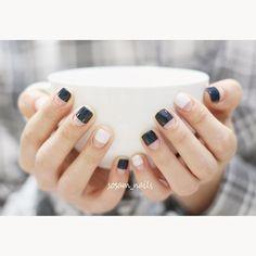 """""""• 갈수록 선선해지는 날씨... 이건 작년에 찍어뒀던 사진 우려먹기ㅋ 슬슬 가을색을 발라야겠습니다. #selfnails #nails #nailpics #nailKR #frenchnails #deepblue #check #셀프네일 #프렌치네일 #네일사진 #네일아트 #네이비…"""""""