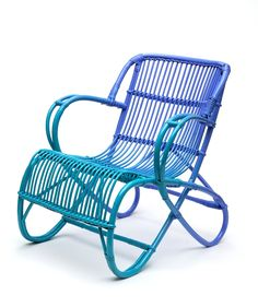 Pièce unique de Pierre Gonalons (Ascète) pour ce fauteuil en rotin bleu, dégradé, tellement original !