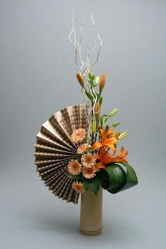 Arrangement with fan Contemporary Flower Arrangements, Unique Flower Arrangements, Ikebana Flower Arrangement, Ikebana Arrangements, Floral Centerpieces, Flower Vases, Arte Floral, Deco Floral, Home Flowers