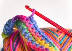This is a guide about how to crochet a chain stitch. The basic stitch in crochet is the chain stitch. Crochet Gratis, Knit Or Crochet, Crochet Stitches, Crochet Hooks, Crochet Patterns, Crochet Designs, Easy Crochet, Crochet Instructions, Tear