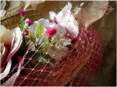 Canotier con flores y plumeti. Tocado para boda y por malonsilla, €40.00