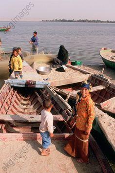 Fayyum / Qarun Lake / Fishing family Ethnologie / Egypte. Famille de pêcheu rsur les rives du lac Qaroun ( (Birket el-Qaroun, oasis du Fayoum, Moyenne-Egypte). 2006
