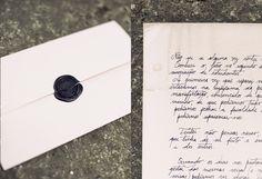 Black seal in handwritten wedding invitations. www.comobranco.com @marryinportugal #comobranco