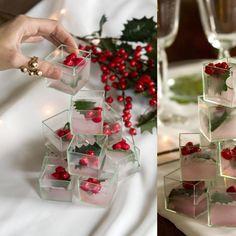 Un alberello tridimensionale creato con piccoli cubotti trasparenti riempiti di acqua e di piccole bacche rosse (rigorosamente finte!) e passati in freezer per dare l'effetto ghiaccio/neve.  Tanti segnaposto semplici e originali.